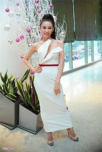 Xuất hiện trong họp báo Bước nhảy hoàn vũ 2014, Ngân Khánh nổi bật trong dàn thí sinh với bộ váy trắng ôm sát, có đường xẻ tinh tế và thắt lưng đỏ bắt mắt.
