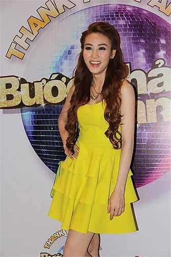 Ngân Khánh ghi điểm cộng tuyệt đối trong bộ váy vàng chanh và túi xuyệt tông trong party hậu đăng quang Bước nhảy hoàn vũ.