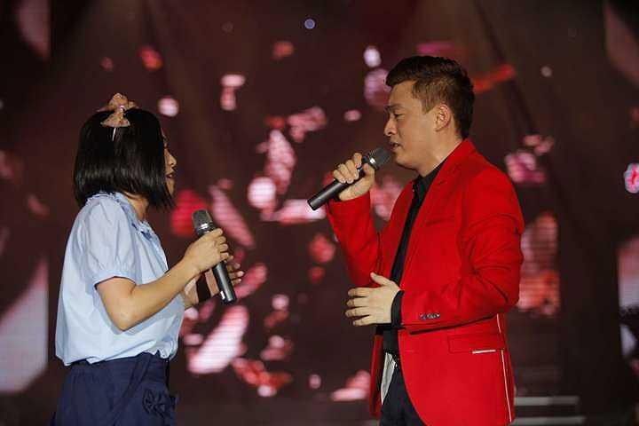 Không chỉ vậy, cô còn chở Lam Trường phía sau xe và cả hai song ca vô cùng tình tứ, ngọt ngào.