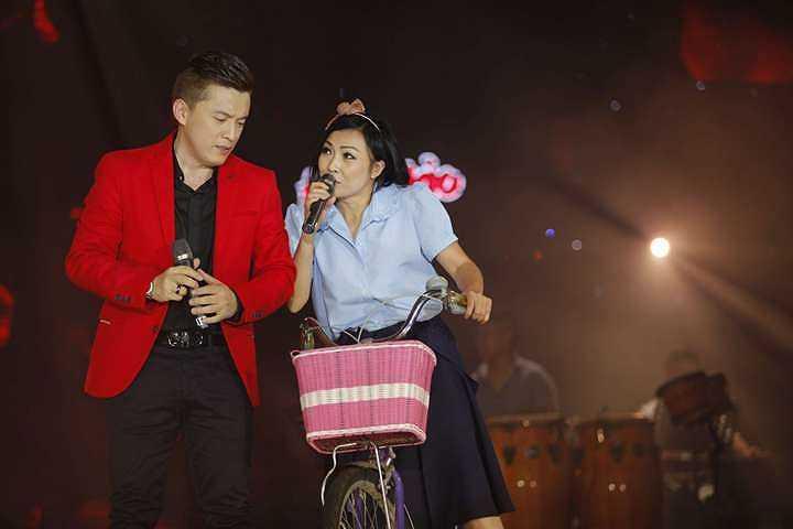 Sau tiết mục thú vị với Phương Thanh, Lam Trường tiếp tục thể hiện Liên khúc top hits, gồm nhiều ca khúc hit nổi tiếng của các ca sỹ trong thời kỳ Làn Sóng Xanh