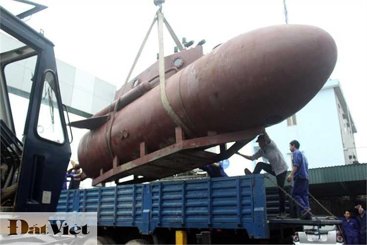 Ông Nguyễn Quốc Hòa cho biết chiều ngày 6/4, tàu đã sẵn sàng để ra biển. (Hình ảnh con tàu khi chưa được sơn hôm đưa ra từ bể thử nghiệm để di chuyển đến hồ nước).