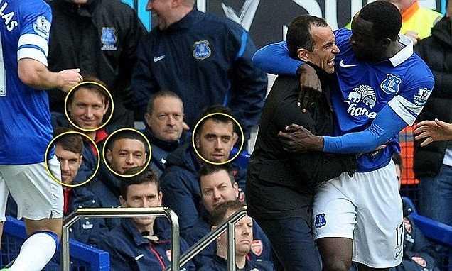 Tuy nhiên, có vẻ như kết quả này chưa đủ tồi tệ để khiến những cầu thủ của Arsenal cảm thấy buồn. Máy ghi hình vô tình bắt được những gương mặt cười tươi roi rói bên phía Arsenal khi Lukaku ăn mừng bàn thắng nâng tỉ số lên 2-0 cho Everton.
