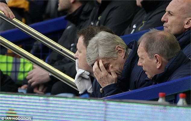 Hình ảnh đó diễn ra ngay bên cạnh cái ôm đầu thất vọng tột cùng của HLV Arsene Wenger