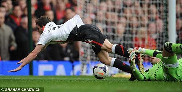 Nhưng rất tiếc cho West Ham là hậu vệ trẻ của Liverpool đã ngã quá đẹp, khiến trọng tài mắc sai lầm.