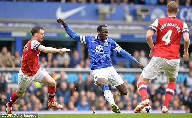 Quay trở lại với diễn biến trận đấu, Lukaku dũng mãnh đi bóng giữa vòng vây các hậu vệ Arsenal và tung ra một cú sút cực mạnh