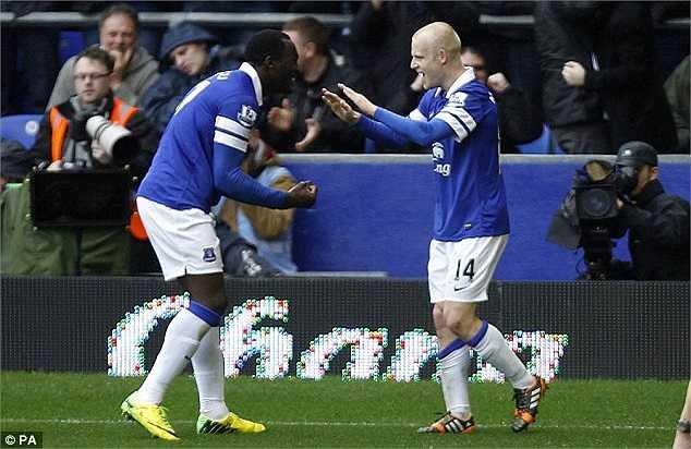 Lukaku ăn mừng cùng Naismith - cầu thủ mở tỉ số trận đấu