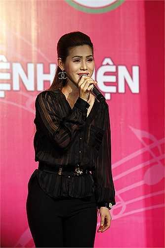 Trong khi Nam Cường chọn hát các ca khúc sôi động thì Maria Đinh Phương Ánh lại chọn giai điệu nhẹ nhàng để gửi đến các bệnh nhân.