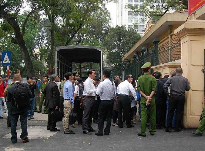 Sáng nay (16/4), tại TAND TP Hà Nội đã diễn ra phiên xử vụ án Nguyễn Đức Kiên và đồng phạm. Từ sáng sớm, thân nhân các bị cáo, các luật sư tham gia bào chữa đã có mặt, thực hiện các thủ tục để qua cổng bảo vệ vào trong.