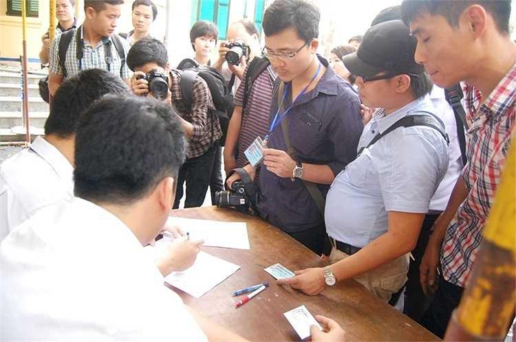 Phóng viên các báo đài tham gia đưa tin về phiên xử cũng được kiểm tra nghiêm ngặt.