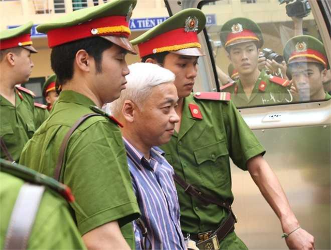 Bị cáo Nguyễn Đức Kiên được dẫn giải rời khỏi phiên tòa.