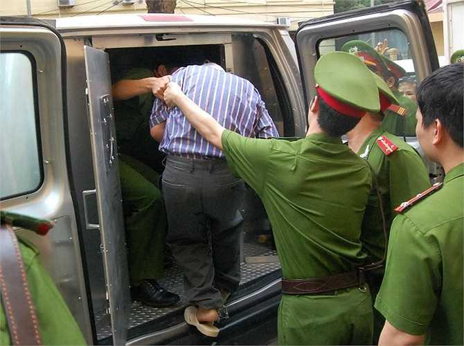 Bị cáo Nguyễn Đức Kiên được rất đông cảnh sát áp tải lên xe đặc chủng để đưa về trại tạm giam