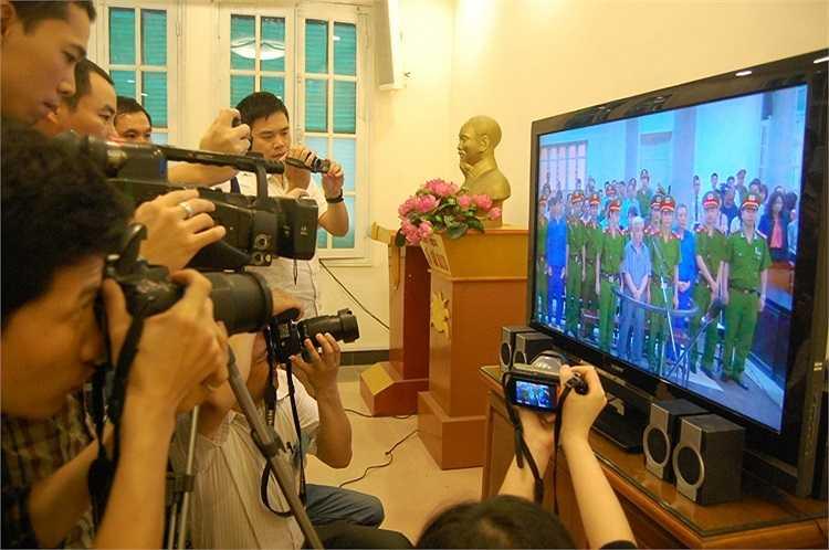 Các phóng viên tham gia đưa tin được bố trí một phòng tác nghiệp riêng, theo dõi phiên xét xử qua màn hình.