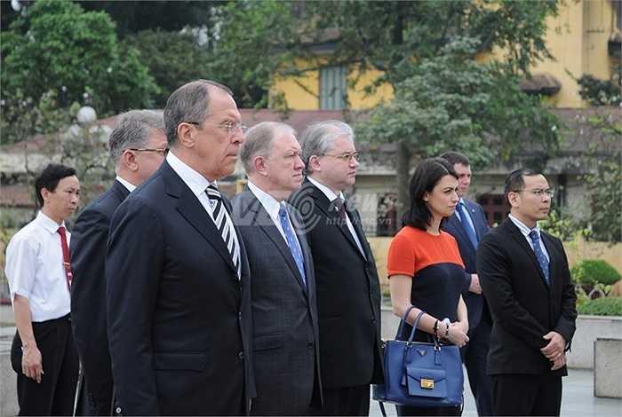 Ngoại trưởng Nga Sergey Lavrov cùng phái đoàn Nga trước Đài tưởng niệm các Anh hùng liệt sỹ