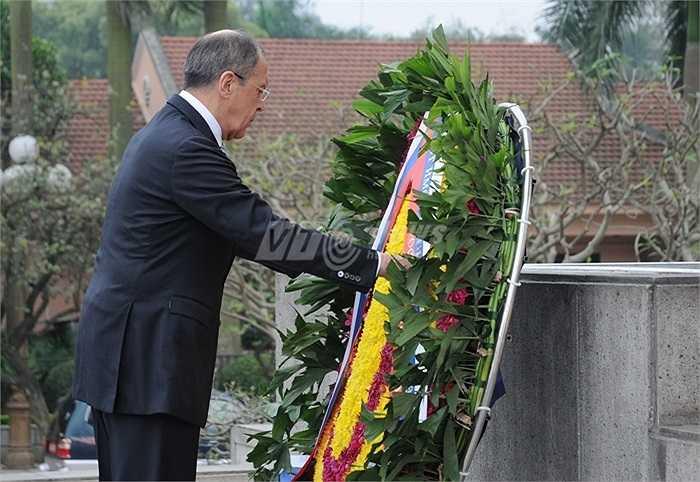 Ông Lavrov chỉnh vòng hoa viếng các Anh hùng liệt Sỹ