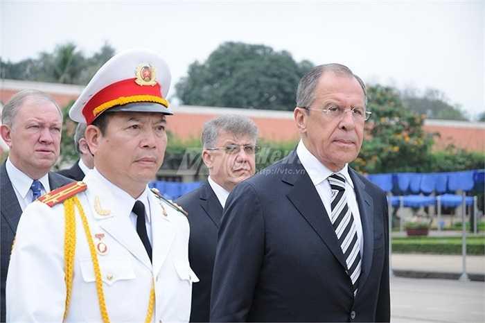 Ngoại trưởng Nga tiến vào Lăng viếng Chủ tịch Hồ Chí Minh
