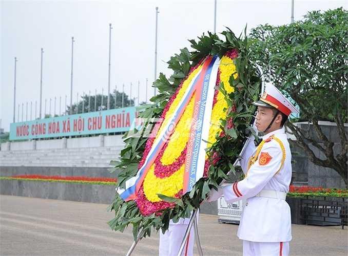 Vòng hoa phái đoàn Nga chuẩn bị vào viếng Lăng Chủ tịch Hồ Chí Minh