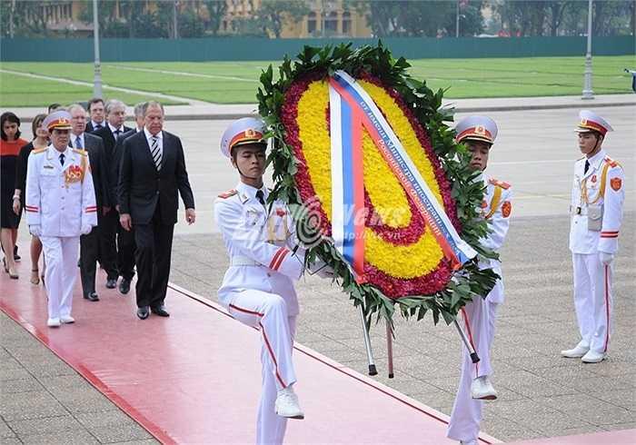 Ông Lavrov và phái đoàn Nga vào Lăng viếng Chủ tịch Hồ Chí Minh