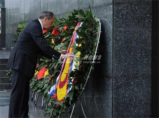 Ngoại trưởng Nga chỉnh sửa vòng hoa trước khi vào viếng Lăng Bác