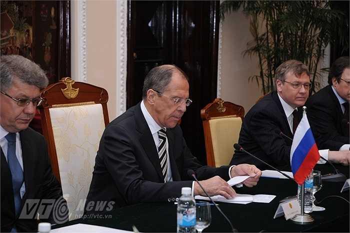 Sau khi đặt vòng hoa ở Đài tưởng niệm các Anh hùng liệt sỹ và viếng Lăng Chủ tịch Hồ Chí Minh, Ngoại trưởng Nga đã đến Nhà khách Chính phủ hội đàm với Phó Thủ tướng, Bộ trưởng Ngoại Giao Phạm Bình Minh