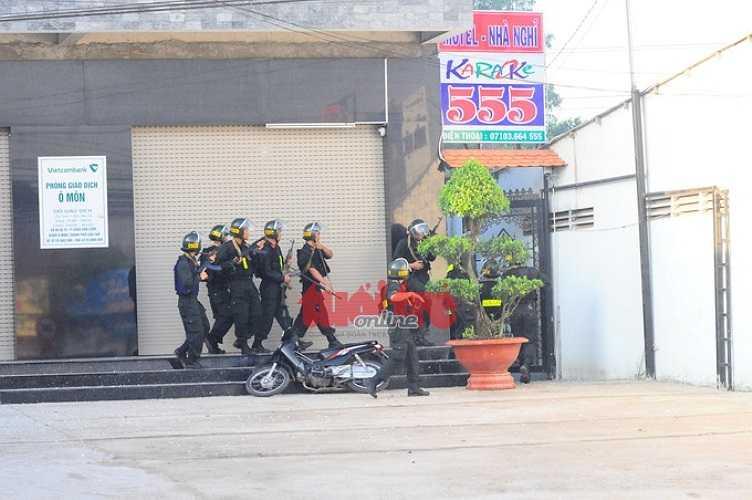 Cảnh sát sẵn sàng bên ngoài khu nhà khi nghi can bên trong