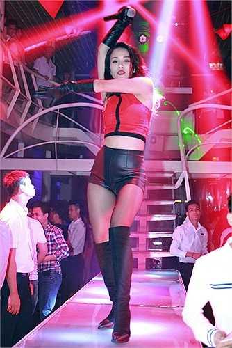 Vũ đạo sexy kế hợp cùng các vũ công khiến mọi người không thể rời mắt.