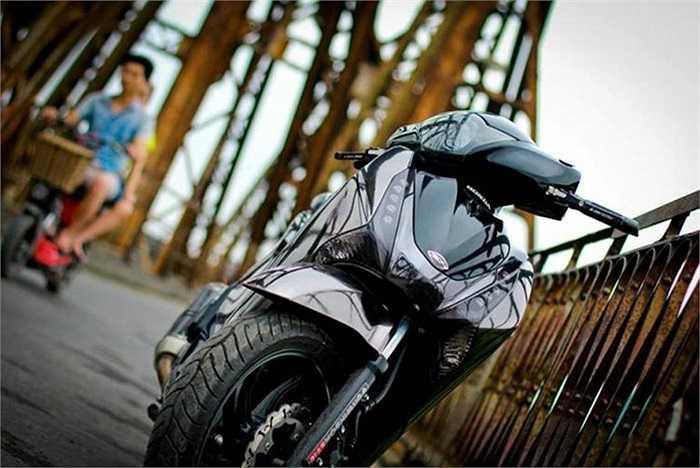 Chiếc SH do Honda Việt Nam sản xuất được chủ nhân của nó bao bọc toàn bộ bằng lớp crom đen bóng loáng.