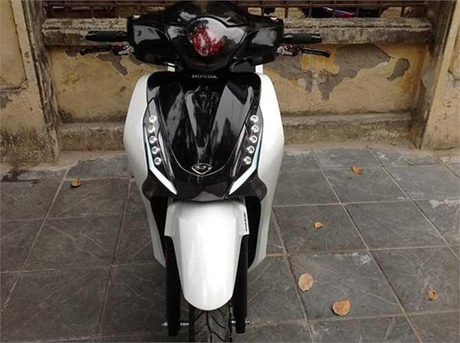 Xe được kết hợp 2 gam màu đen trắng khá thanh lịch và có vẻ 'hiền' hơn bản độ crom đen.