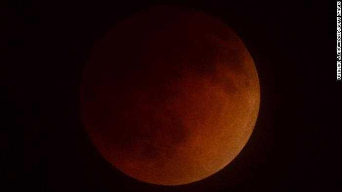 Hình ảnh mặt trăng chuyển màu đỏ sậm trên bầu trời Thung lũng San Gabriel, Nam California.