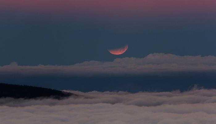 Mặt trăng nhìn như một con thuyền hồng lơ lửng trên bầu trời Tenerife (Tây Ban Nha).
