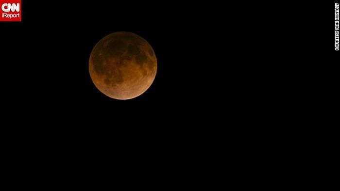 Ảnh chụp mặt trăng máu trên bầu trời Dallas hôm qua của phóng viên CNN Dan Huntley. Anh cho biết đã nhìn thấy nguyệt thực trước đây nhưng chưa bao giờ được ngắm mặt trăng máu.