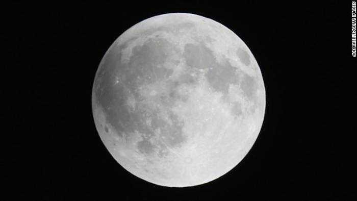 Hình ảnh mặt trăng sáng tròn vành vạnh nhìn thấy từ Miami (Mỹ). Nguyệt thực toàn phần lần này có thể nhìn thấy rõ nhất tại Bắc và Nam Mỹ.