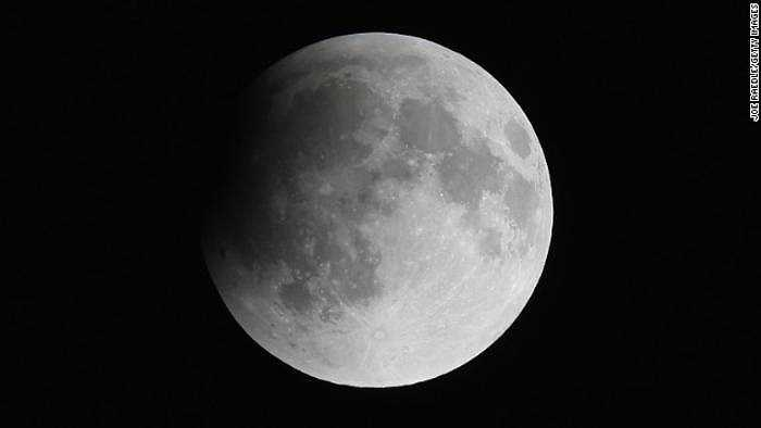 Một bức ảnh khác về mặt trăng trước khi diễn ra nguyệt thực toàn phần chụp từ Miami. Tại một số thành phố khác ở Mỹ, mưa nhỏ kèm mây đen khiến người dân khó lòng quan sát hiện tượng mặt trăng máu.