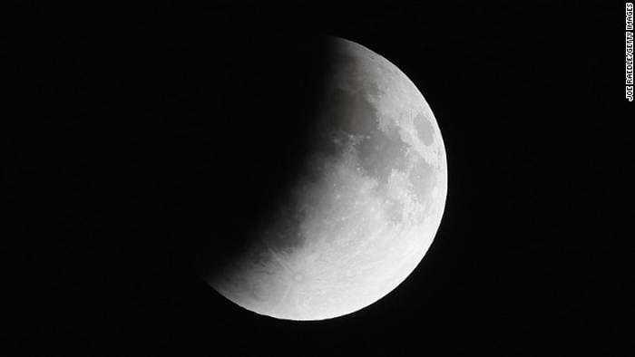 Bụi và khí sulfur dioxide trong bầu khí quyển Trái đất có thể ảnh hưởng đến kích cỡ bóng đen che phủ mặt trăng khi nguyệt thực diễn ra.