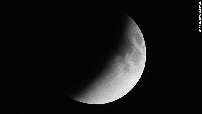 Mặt trăng dần đi vào vùng bóng tối của Trái đất, chuẩn bị cho thời điểm nguyệt thực toàn phần - bóng Trái đất hoàn toàn che phủ mặt trăng.