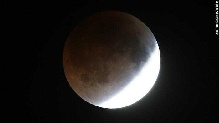 Bóng Trái đất bắt đầu phủ lên vùng ánh sáng phản chiếu cuối cùng trên bề mặt mặt trăng. Nguyệt thực toàn phần diễn ra trong khoảng 3 giờ.