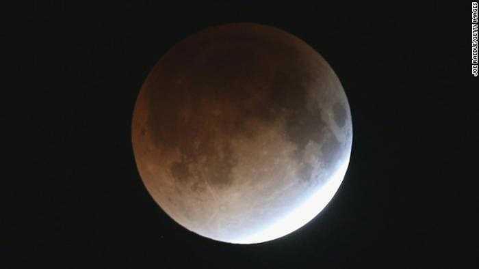 1 giờ sau đó, mặt trăng hoàn toàn bị che khuất và bắt đầu chuyển sang màu đỏ.