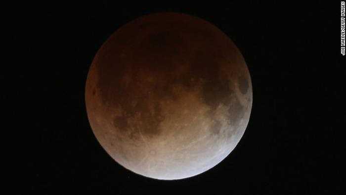 Mặt trăng có màu đỏ vì đường đi của ánh sáng bị bẻ cong chung quanh bầu khí quyển Trái đất, làm tán xạ các sóng ngắn của ánh sáng (từ màu xanh lá cây đến màu tím) và để lại các sóng dài hơn (đỏ, vàng, cam).