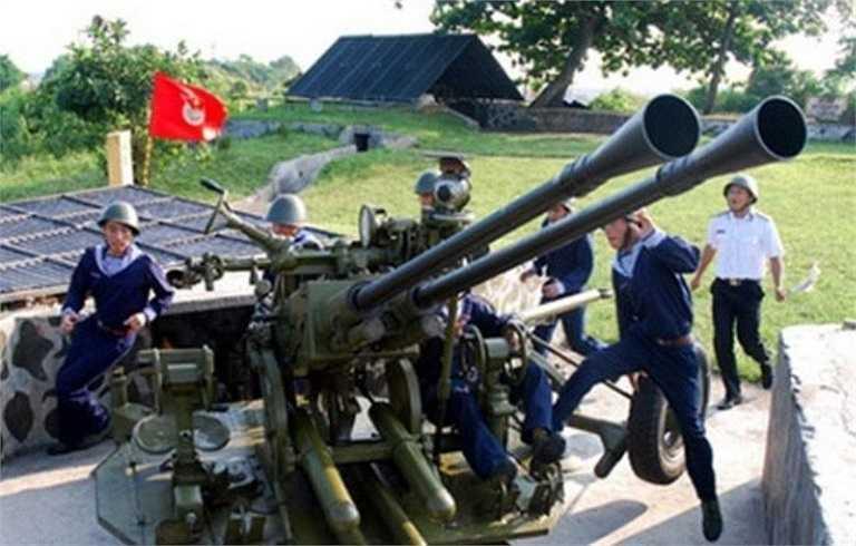 Ta còn trang bị thêm hệ thống cò điện và máy nạp đạn tự động cho pháo. Theo đó, khi có lệnh, các khẩu đội sẽ đồng loạt bắn vào mục tiêu, đảm bảo mật độ hỏa lực dày, xác suất trúng mục tiêu cao.