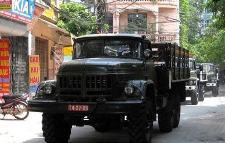 Ngoài pháo phòng không 37 mm, trong cuộc diễu binh mừng 60 năm chiến thắng Điện Biên Phủ còn có xe quân sự huyền thoại Zil-131. Đây là chiếc xe tải đa dụng được thiết kế và bắt đầu sản xuất ở Liên Xô vào năm 1966. Nó ra đời để thay thế người tiền nhiệm là Zil-157.