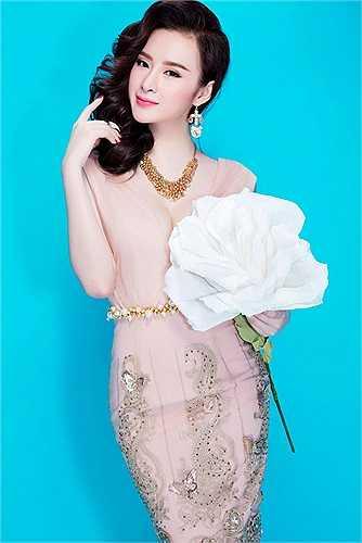 Mong lấy lại hình ảnh đang bị cư dân mạng lên án, nữ người mẫu cùng ê-kíp của mình tung loạt ảnh mới, giới thiệu xu hướng thời trang đang được ưa chuộng hiện nay. Trong ảnh, cô khá nền nã, duyên dáng với trang phục đậm chất mùa hè.