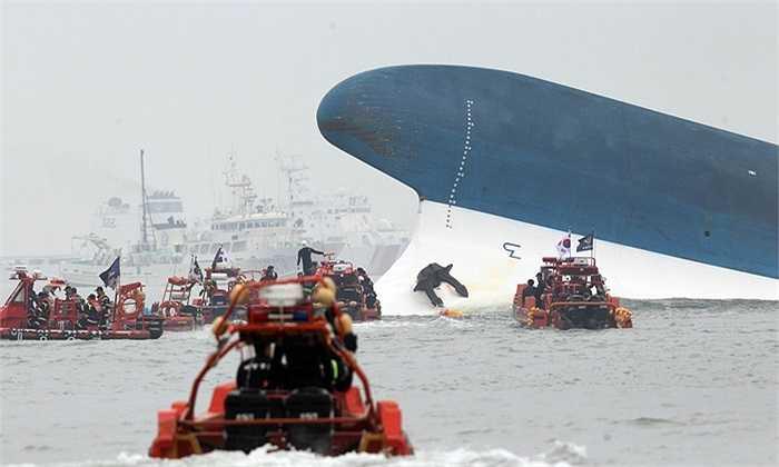 Tàu cứu hộ tiếp cận chiếc phà bị lật