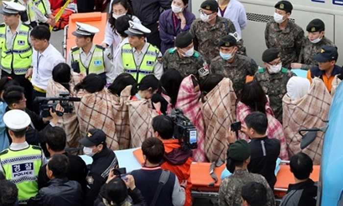 Các hành khách được đưa đến nơi an toàn và cho khoác chăn