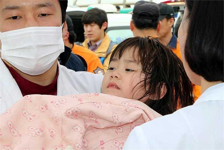 Một bé gái được cứu sau khi phà chìm