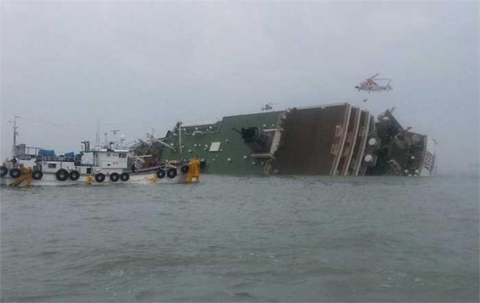 Các tàu cá cũng tiếp cận giúp đỡ nạn nhân vụ chìm phà
