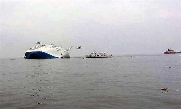 Chiếc phà nằm nghiêng trên biển