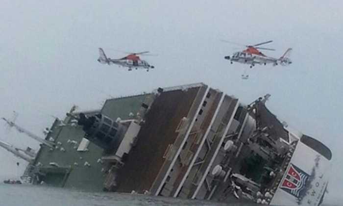 Trực thăng cứu hộ bay trên phà bị chìm