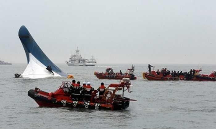 Tàu cứu hộ làm công tác hỗ trợ nạn nhân vụ chìm phà