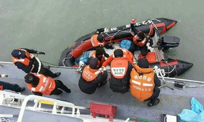 Xuồng cứu hộ đưa người lên tàu lớn