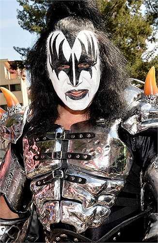 Thành viên nhóm Kiss, Gene Simmons, cũng thề rằng, con trai và con gái đừng bao giờ mơ trở nên giàu có với khoản thừa kế từ tài sản 300 triệu USD của mình.