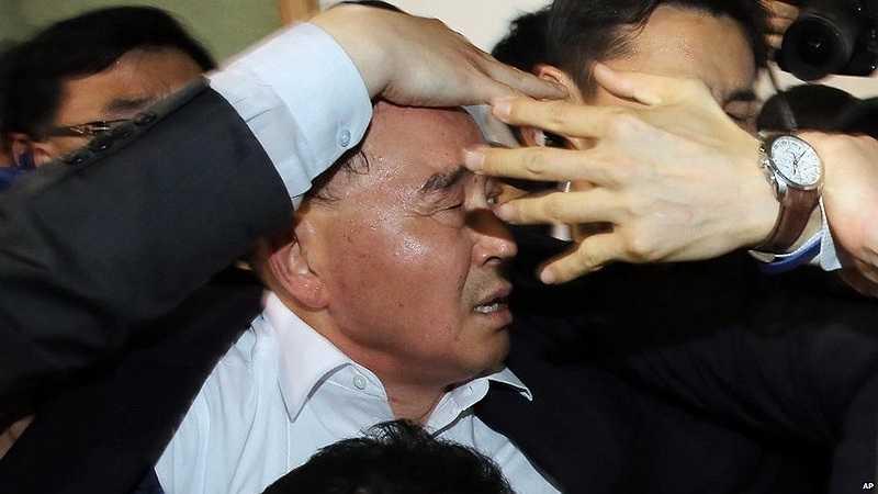 Người thân của nạn nhân vụ chìm phà ném chai nước về phía Thủ tướng Hàn Quốc Chung Hong Won khi ông này đến hiện trường.